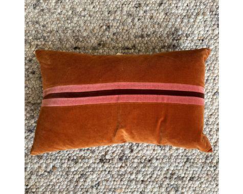 Demo: Christina Lundsteen - 40x60 pude - Burnt orange/Blush/Sie